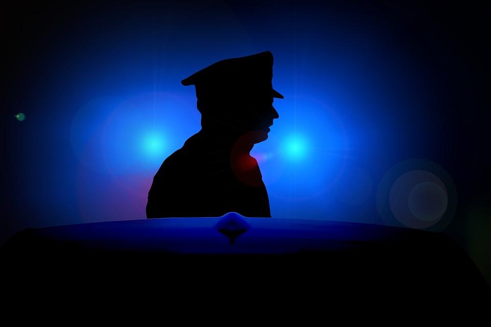 ombre de policier qui surveille la population